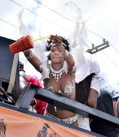 Рианна в откровенном наряде на карнавале в Барбадосе фото #1
