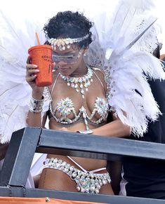 Рианна в откровенном наряде на карнавале в Барбадосе фото #2