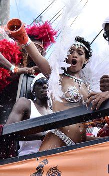 Рианна в откровенном наряде на карнавале в Барбадосе фото #5