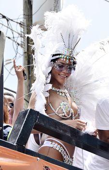 Рианна в откровенном наряде на карнавале в Барбадосе фото #10