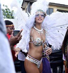 Рианна в откровенном наряде на карнавале в Барбадосе фото #11