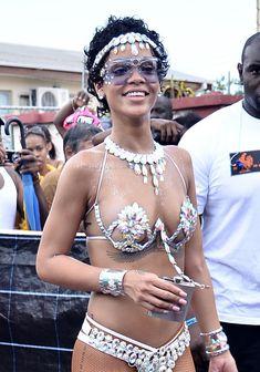 Рианна в откровенном наряде на карнавале в Барбадосе фото #12