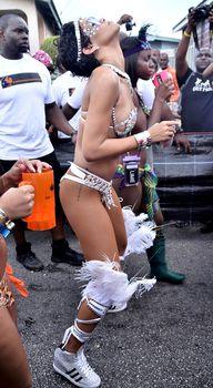 Рианна в откровенном наряде на карнавале в Барбадосе фото #14