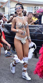Рианна в откровенном наряде на карнавале в Барбадосе фото #16