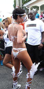 Рианна в откровенном наряде на карнавале в Барбадосе фото #17