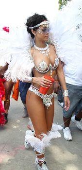 Рианна в откровенном наряде на карнавале в Барбадосе фото #21