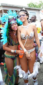 Рианна в откровенном наряде на карнавале в Барбадосе фото #23