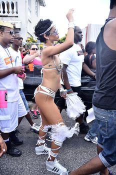 Рианна в откровенном наряде на карнавале в Барбадосе фото #24
