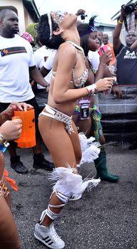 Рианна в откровенном наряде на карнавале в Барбадосе фото #25