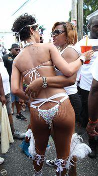 Рианна в откровенном наряде на карнавале в Барбадосе фото #27
