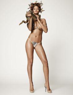 Секси Рианна со змеейм на обнаженном теле для журнала GQ фото #2