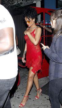 Рианна засветила грудь в красном платье возле клуба Hooray Henry's фото #16