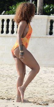 Рианна в оранжевом монокини в Барбадосе фото #4