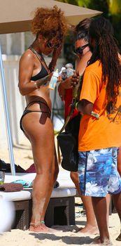 Рианна в черном бикини в Барбадосе фото #1