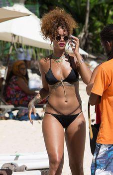 Рианна в черном бикини в Барбадосе фото #3
