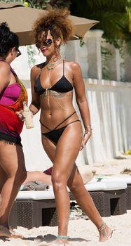 Рианна в черном бикини в Барбадосе фото #8