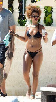 Рианна в черном бикини в Барбадосе фото #9