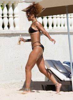 Рианна в черном бикини в Барбадосе фото #16