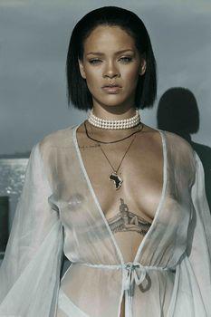 Рианна с голой грудью в фотосессии для клипа Needed Me фото #1