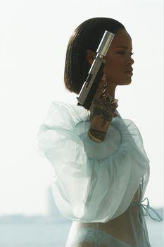 Рианна с голой грудью в фотосессии для клипа Needed Me фото #6