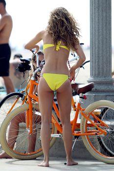 АннаЛинн МакКорд в желтом бикини на пляже в Лос-Анджелесе фото #1