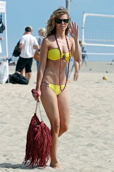 АннаЛинн МакКорд в желтом бикини на пляже в Лос-Анджелесе фото #4