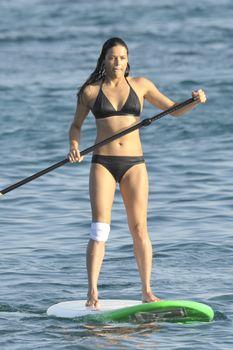Мишель Родригес в черном бикини занимается серфингом с веслом фото #5