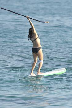 Мишель Родригес в черном бикини занимается серфингом с веслом фото #12