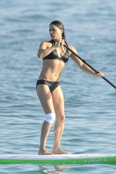Мишель Родригес в черном бикини занимается серфингом с веслом фото #13