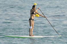 Мишель Родригес в черном бикини занимается серфингом с веслом фото #17