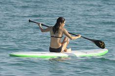 Мишель Родригес в черном бикини занимается серфингом с веслом фото #24