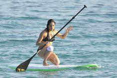 Мишель Родригес в черном бикини занимается серфингом с веслом фото #29