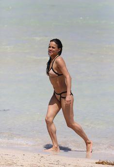 Сексапильная Мишель Родригес в мокром купальнике в Майями фото #8