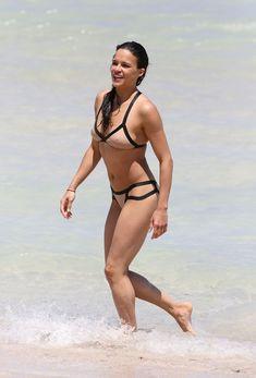 Сексапильная Мишель Родригес в мокром купальнике в Майями фото #14