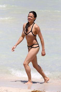 Сексапильная Мишель Родригес в мокром купальнике в Майями фото #16