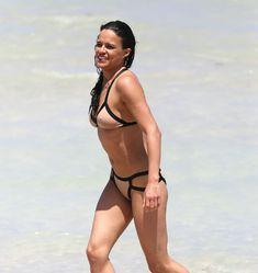 Сексапильная Мишель Родригес в мокром купальнике в Майями фото #17