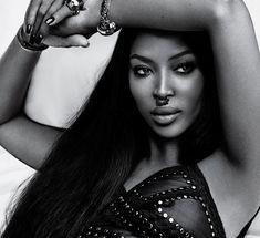 Наоми Кэмпбелл показала сосок в журнале Vogue фото #1