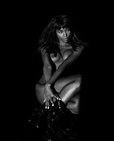 Наоми Кэмпбелл с голой грудью в фотосессии Санте Д'Орацио фото #1