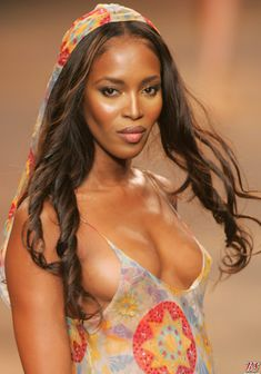 Сочная грудь Наоми Кэмпбелл на показе мод фото #1