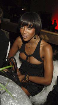 Наоми Кэмпбелл в откровенном наряде на вечеринке фото #1