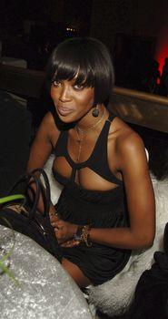 Наоми Кэмпбелл в откровенном наряде на вечеринке фото #2