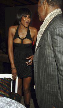 Наоми Кэмпбелл в откровенном наряде на вечеринке фото #3