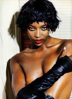 Наоми Кэмпбелл показывает голую грудь в журнале Max фото #2