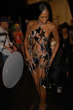 Наоми Кэмпбелл засветила сосок на показе мод фото #2