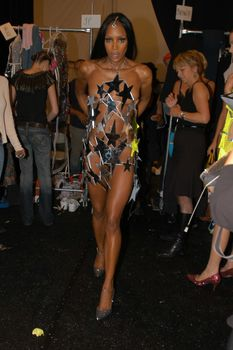 Наоми Кэмпбелл засветила сосок на показе мод фото #3