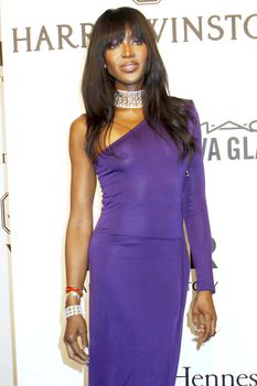 Секси Наоми Кэмпбелл без лифчика на amFAR Gala фото #2