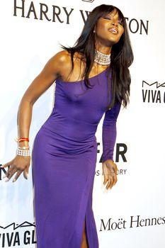Секси Наоми Кэмпбелл без лифчика на amFAR Gala фото #3