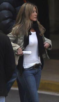 Дженнифер Энистон без лифчика в белой майке фото #1