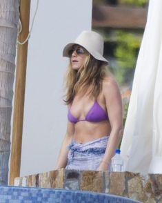 Аппетитная грудь Дженнифер Энистон на отдыхе в Мексике фото #1