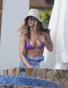 Аппетитная грудь Дженнифер Энистон на отдыхе в Мексике фото #2
